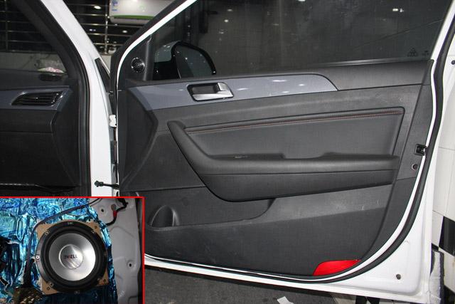 ES120.4汽车音响功放,体积较小,可以感受到这是一款非常便于安装的功放。外型是非常普通的灰色简洁式设计,可以想象到这款功放也非华而不实之辈,主界面为平面型流畅面,两侧为散热专用的散热槽,作用是提高功放的散热能力,让功放能长时间地稳定工作,而不受热量的困扰。每一个调节功能端口上均有英文注释,方便调音技术人员对功放的功能进行调整,从而得到最为理想的音乐效果。  C10系列超低音具有很好的匹配性,也就意味着使用较小功率的功放也可以获得理想的低频效果。而且C系列的超低音对低音箱体的容积要求也比较低,不会让超低
